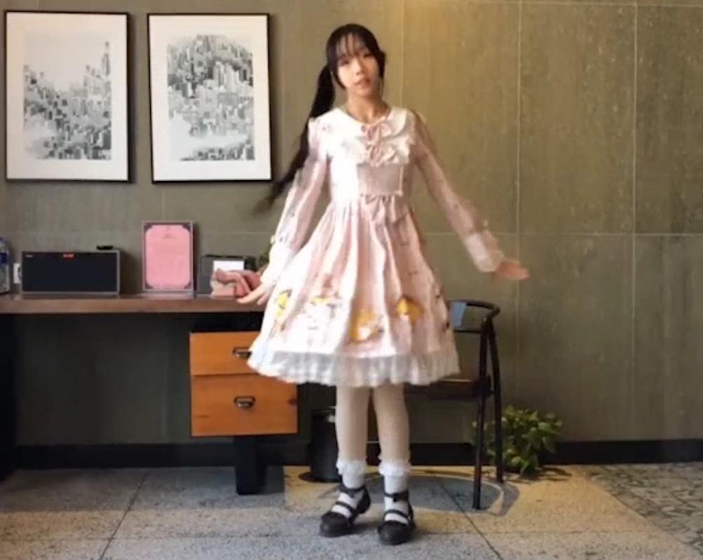 B站浆果儿新作:洛丽塔水手服女王装+果拉二胡 COS视频-第4张